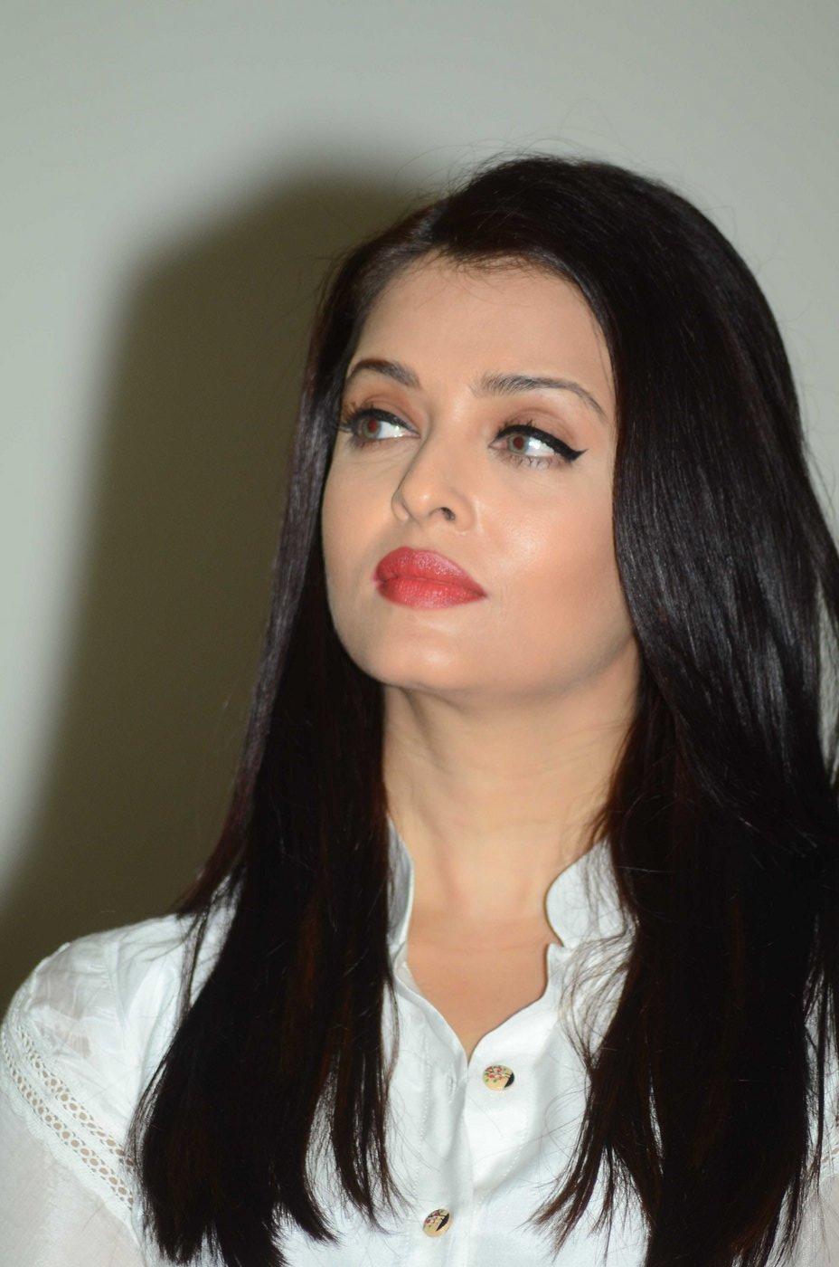 Aishwarya Rai strikes a 'bookish' pose - Emirates 24|7