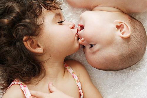 Över 1 000 bilder om Baby kisses på PinterestPojkar, Ung kärlek