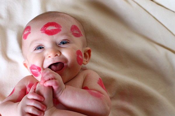 10 Tips for Taking Adorable Baby Kiss Photos - The Mom Creative