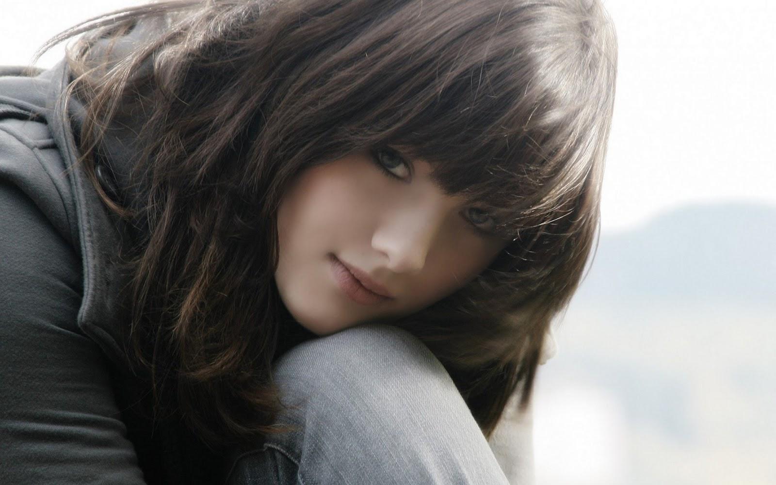 Download Cute Girl In Love Lovewallpapersublogspotcom Wallpaper