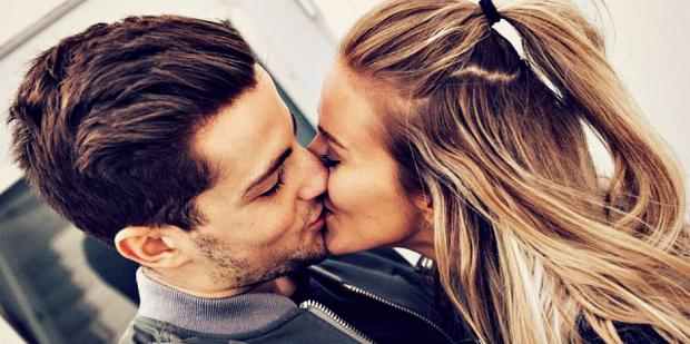 9 Expert Tips On How To Kiss A Guy So He'll NEVER Forget You